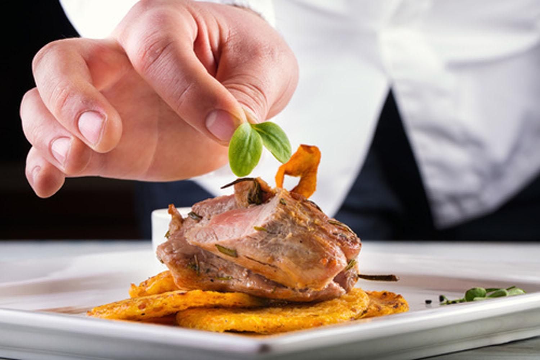 Sapore Catering, Tutzing - Koch dekoriert Schweinefilet