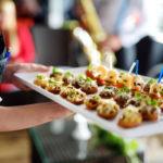 Sapore Catering, Tutzing - Beim Servieren von Fingerfood